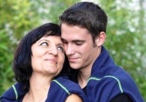Почему молодые парни выбирают женщин старше себя