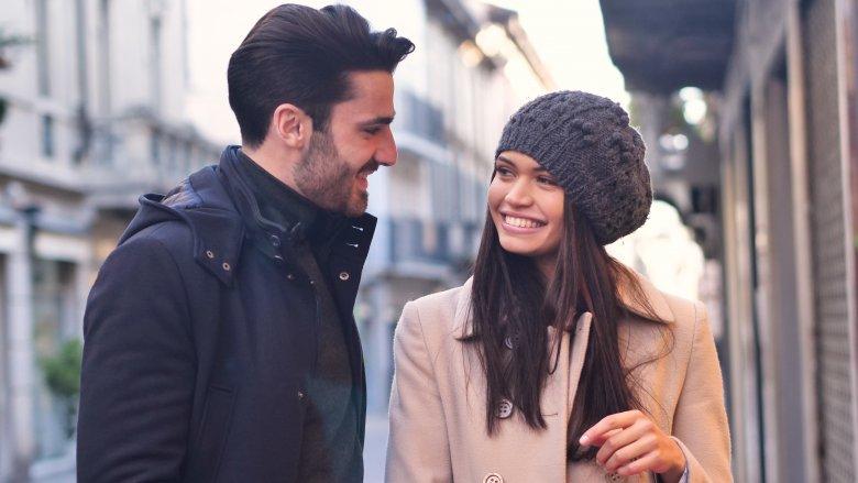 Девушка и парень на улице