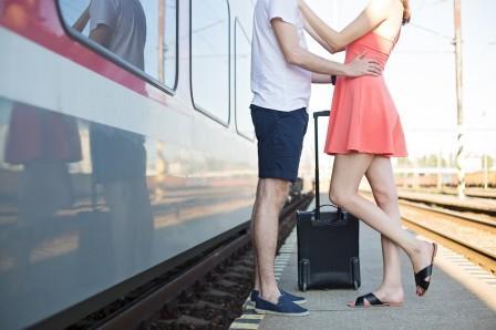 Парень и девушка возле поезда