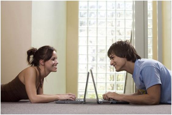 Парень и девушка за ноутбуками