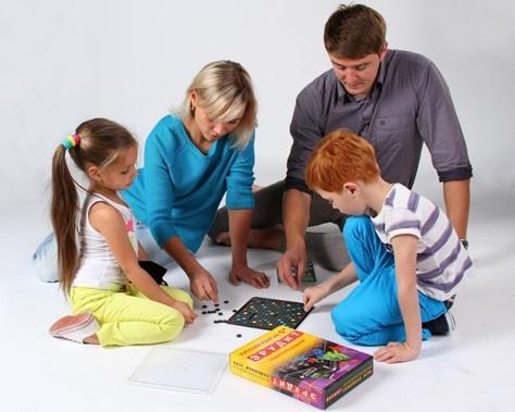 Дети и родители играют