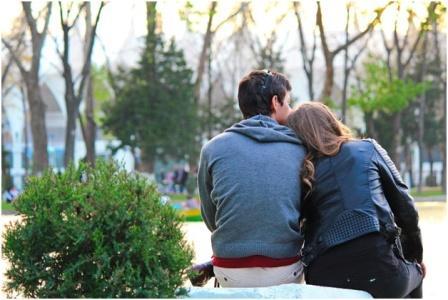 Парень и девушка со спины